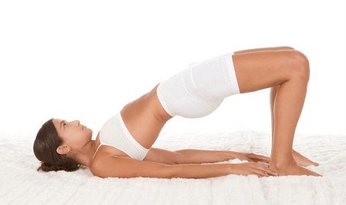 De brug is een van de yogahoudingen die gewichtsverlies bevorderen