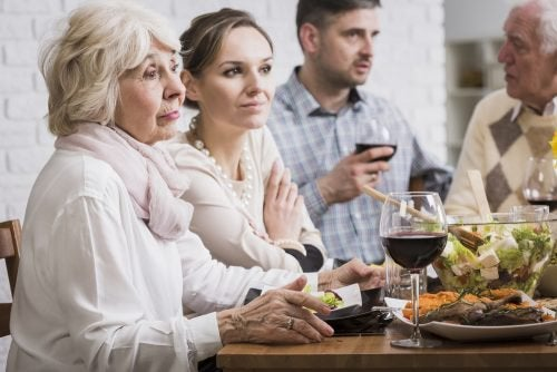 Mensen aan tafel die doen alsof ze interesse hebben