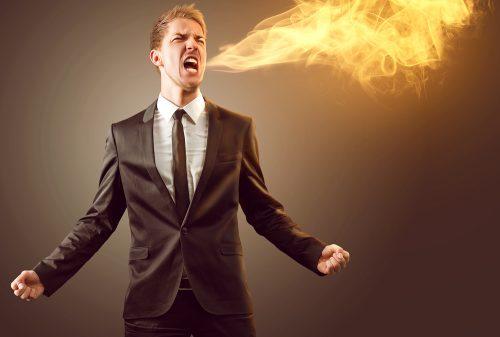 Man die vuur spuwt van woede