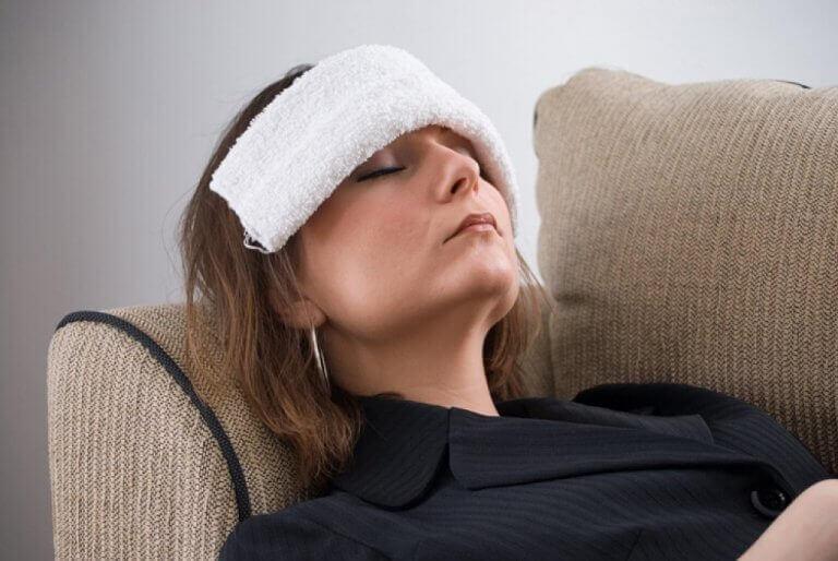 Hoofdpijn te behandelen met een koud kompres