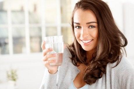 Water drinken om een droge mond te voorkomen