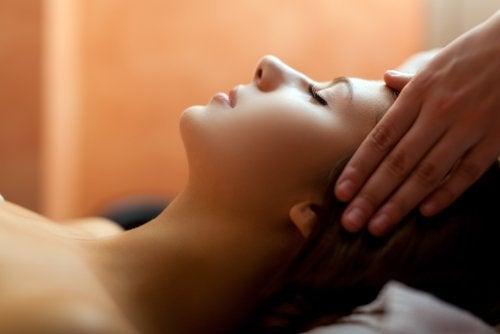 Hoofdpijn te behandelen met massage