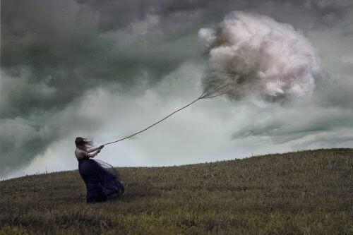 Vrouw die vliegert met een wolk