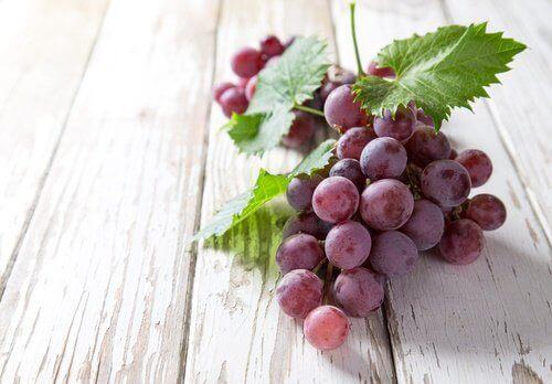 Een Trosje Blauwe Druiven Om Striae Te Behandelen