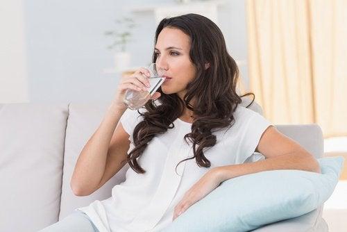 Droge gezichtshuid en water drinken