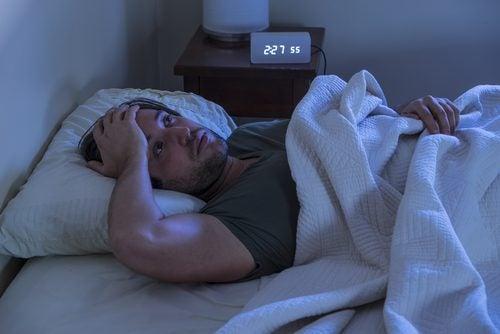 Eenzame Man Die Niet Kan Slapen Want Eenzaamheid En Slapeloosheid Zijn Verbonden
