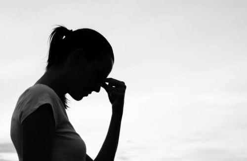 Gestreste Vrouw met Gedachten Die Je Geest Beperken