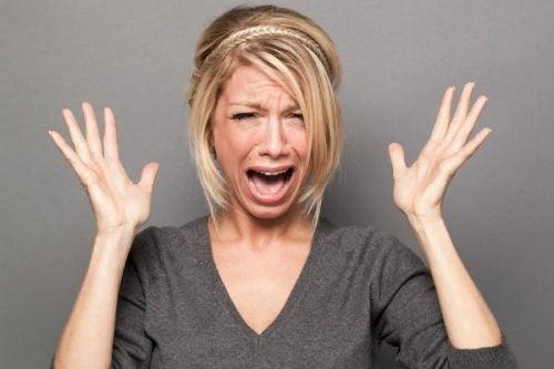 Vrouw die in paniek raakt omdat ze denkt: ik verlang niet meer naar mijn partner