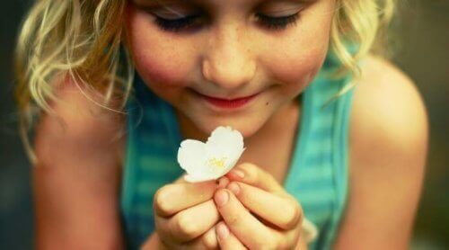 Meisje Met Een Wit Bloemetje In Haar Handen Dat Ze In De Gelukspot Wil Stoppen