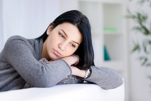 Een Meisje Dat Verdrietig Voor Zich Uit Kijkt Omdat Ze Altijd Pech Heeft