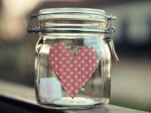Een Glazen Potje Met Een Hartje Erop Die Gebruikt Wordt Als De Gelukspot Van Een Gezin