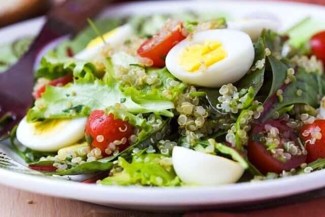 Sla, asperges, tonijn en hardgekookt ei