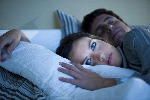 Vrouw Die Niet Kan Slapen Misschien Omdat Eenzaamheid En Slapeloosheid Met Elkaar Verbonden Zijn