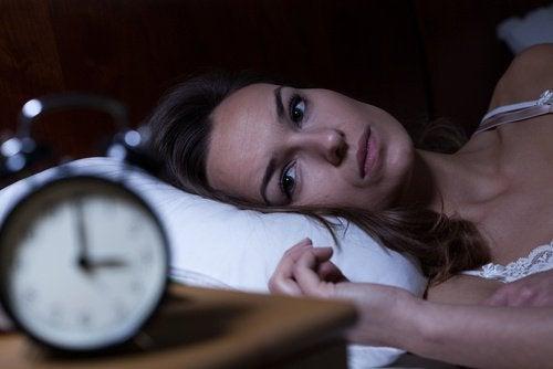 Vrouw Die Niet Kan Slapen En Ligt Te Staren Naar De Klok