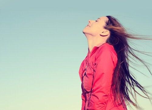 Meisje dat frisse lucht inademt
