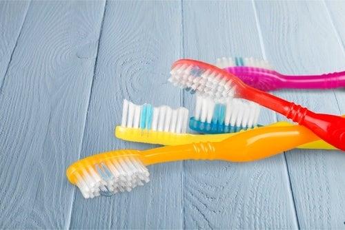 Tandenborstels Die Onder De Ziektekiemen Kunnen Zitten