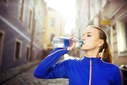 Vrouw Die Water Drinkt Om Het Perfecte Figuur Te Krijgen