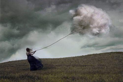 Vrouw die wordt meegesleurd door een donkere wolk