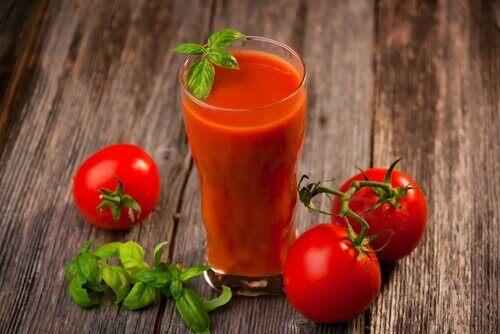 Sap van tomaten, knoflook en kurkuma
