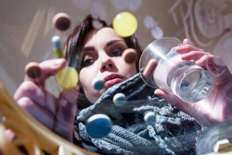 Pillen op een glazen tafel