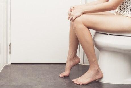 Dame op het toilet
