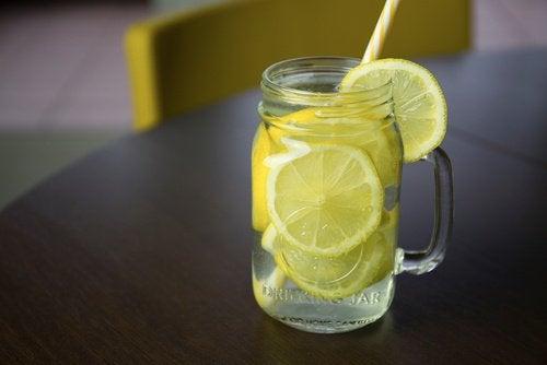 Water met citroen is een van de beste drankjes om vet te verbranden