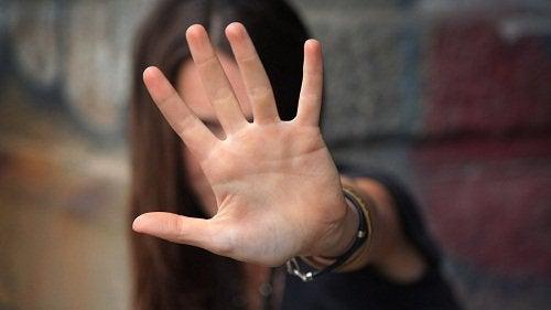 Vrouw met opgeheven hand