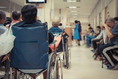 Drukke wachtruimte in ziekenhuis