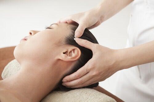 Zwelling in het gezicht is een van de tekenen van vochtretentie