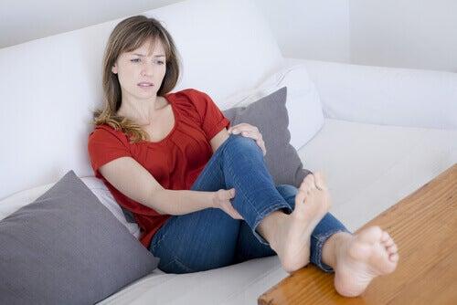 Beenkrampen zijn een van de tekenen van vochtretentie