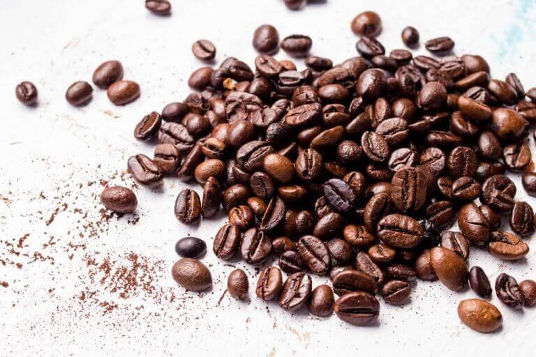 Koffiebonen om gezichtsmaskers met koffie te maken