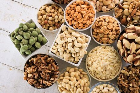 Schaaltjes met verschillende eetbare zaden