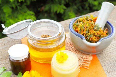 Spierpijn verzachten met bijenwas, kokosolie en arnica