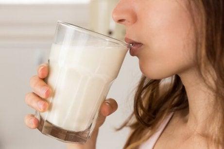 Vrouw drinkt een glas havermelk