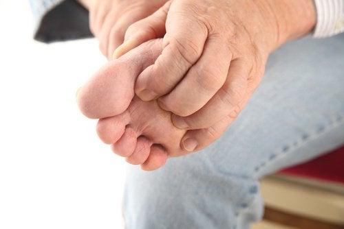 Jeuk is een van de symptomen van voetschimmel