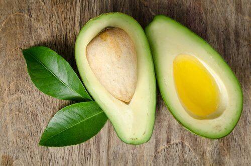 Een doormidden gesneden avocado