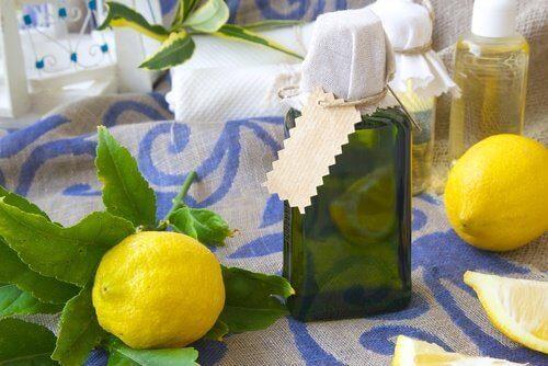 Zelfgemaakte parfum van citroensap