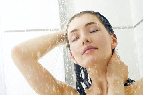 Vrouw die staat te douchen