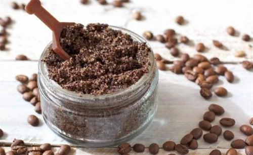 Middelen tegen cellulitis: gemalen koffie en rozenmuskolie