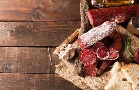 Vleeswaren zijn een van de dingen die je beter kunt vermijden bij vochtretentie