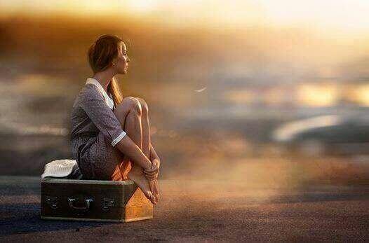 Meisje op een koffer dat moeite heeft met keuzes maken
