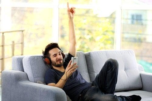 Man die muziek luistert op de bank