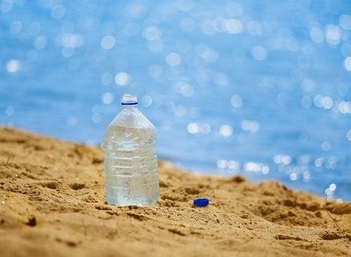 Plastic fles op het strand