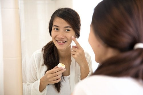 Acne behandelen is een van de manieren om waterstofperoxide te gebruiken