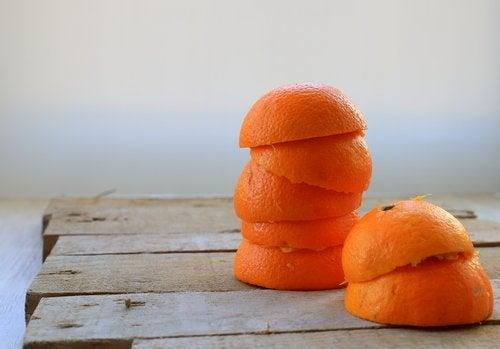 Tandsteen verwijderen met sinaasappelschillen