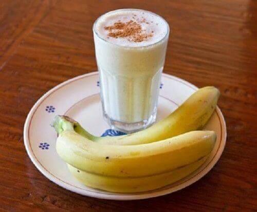 smoothie van banaan yoghurt en kaneel