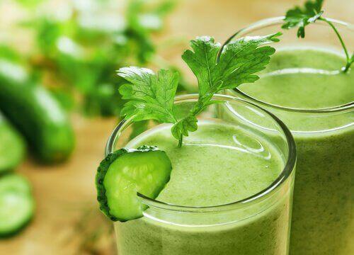Smoothie van komkommer sla en appel