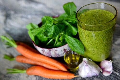 Bestrijd je slapeloosheid met een smoothie van wortel en spinazie