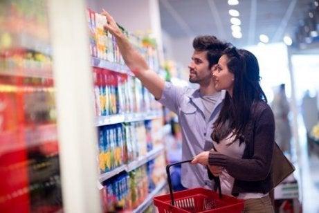 Stel in de supermarkt