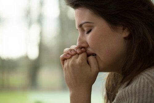 Vrouw die bijna moet huilen van de angst